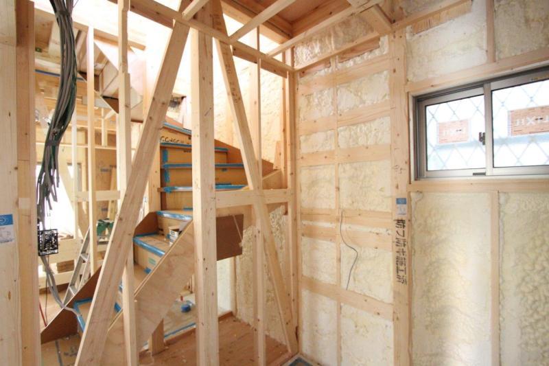 柱の間の狭いスペースにも断熱素材を施工しています。