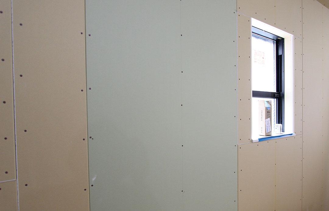 グランヒルズくずは 石膏ボードを施工中の写真2