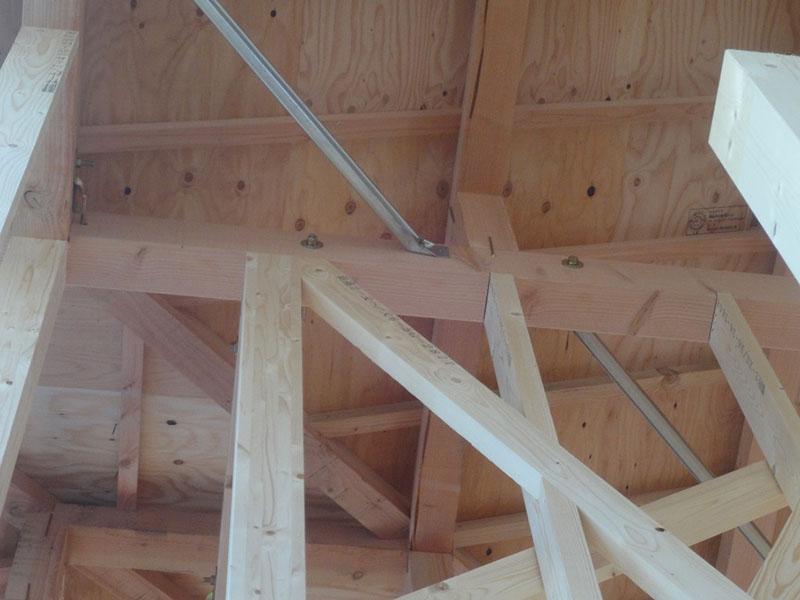 グランステージくずは 柱と梁や桁を耐震金物で頑丈に固定している写真