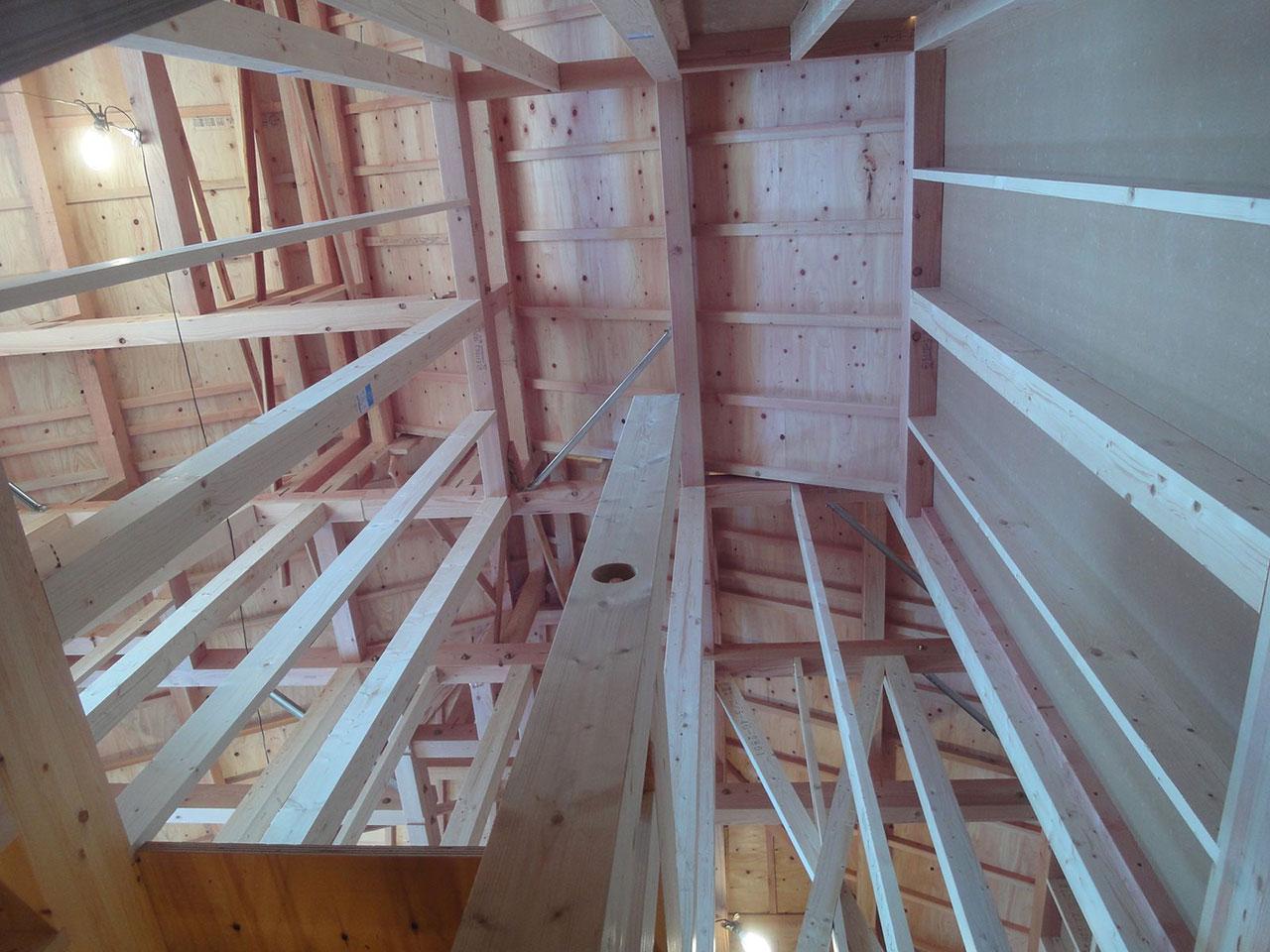 棟上げ完了、下から屋根を見上げた写真