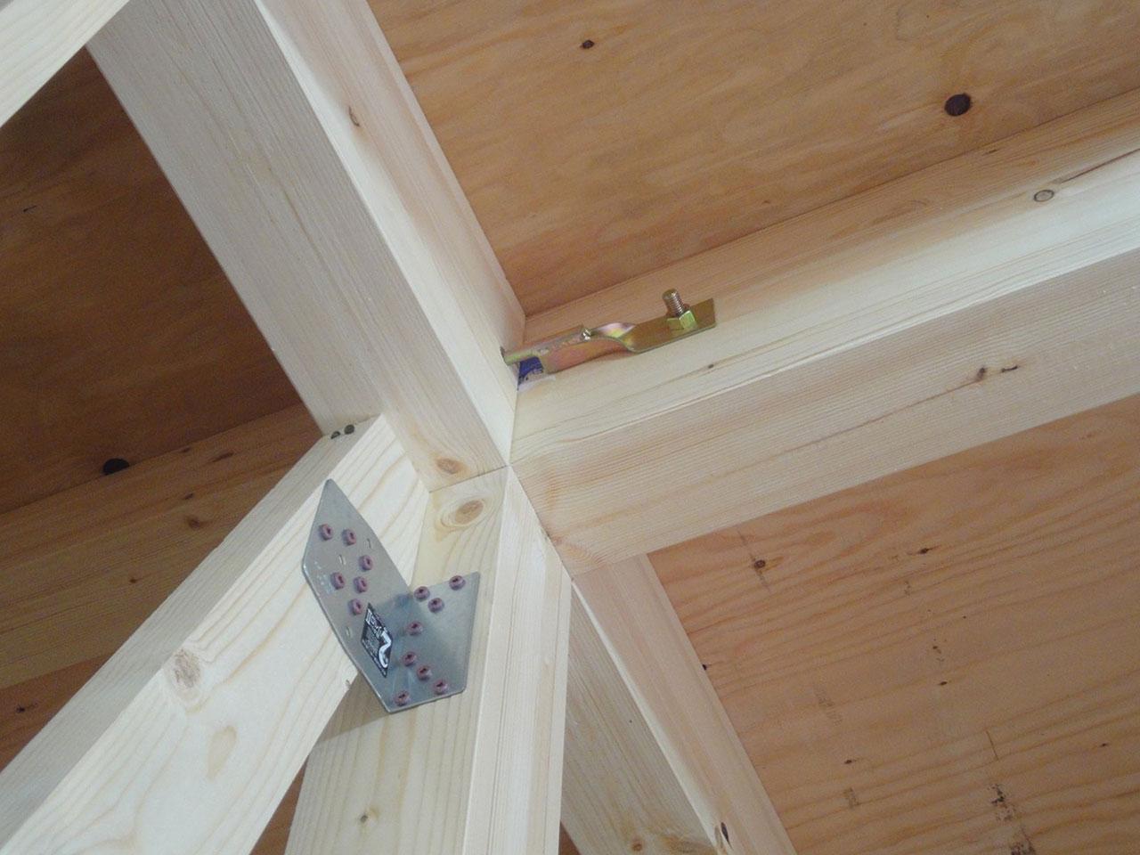地震や台風から家を守るため、耐震金物も施工