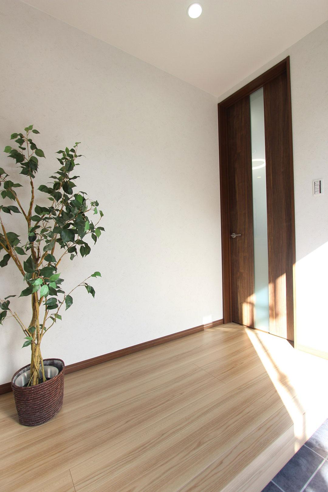 アスカーサ楠葉野田Ⅰ 玄関ホールの柔らかい木目